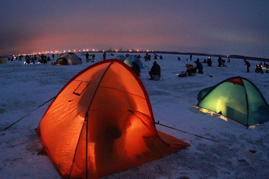 Pêche sur glace en Lituanie, où les gens utilisent des tentes. | 28 janvier 2013