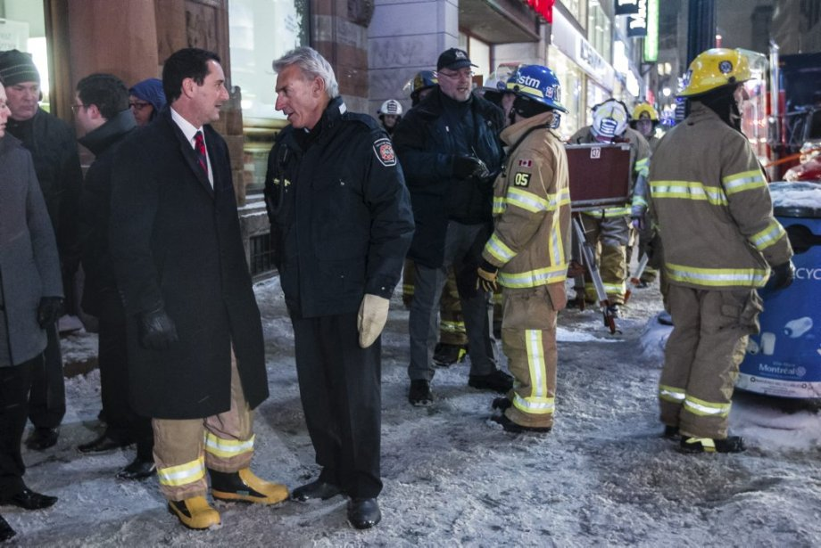 Le maire Applebaum discute avec un responsable du service d'incendie de Montréal. (Edouard Plante-Fréchette, La Presse)