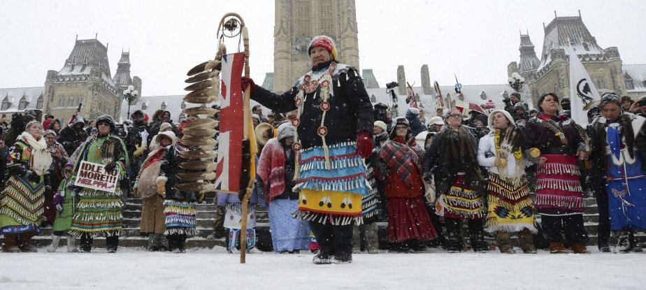 La rentrée à Ottawa s'est faite sous le signe du mécontentement autochtone, le 28 janvier, alors que les Premières Nations continuent de brandir leurs réclamations et ont manifesté partout au pays. Les députés ont été reçus par un comité d'accueil bien spécial: des centaines de manifestants des Premières Nations étaient aux portes du parlement. | 29 janvier 2013