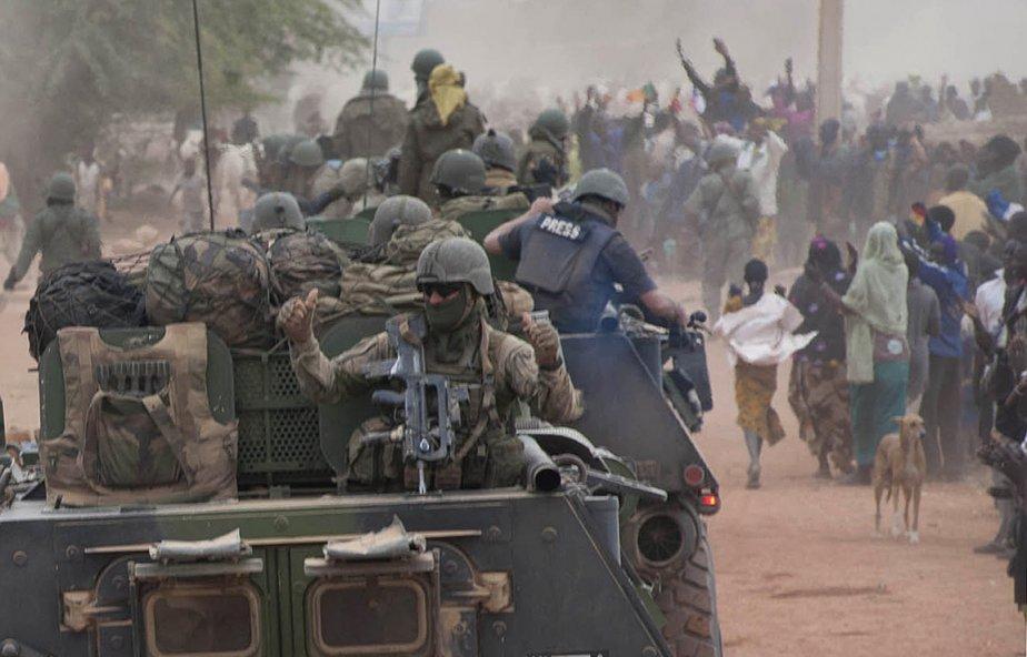 Des habitants de Tombouctou, au Mali, accueillent les soldats de l'armée française. | 29 janvier 2013