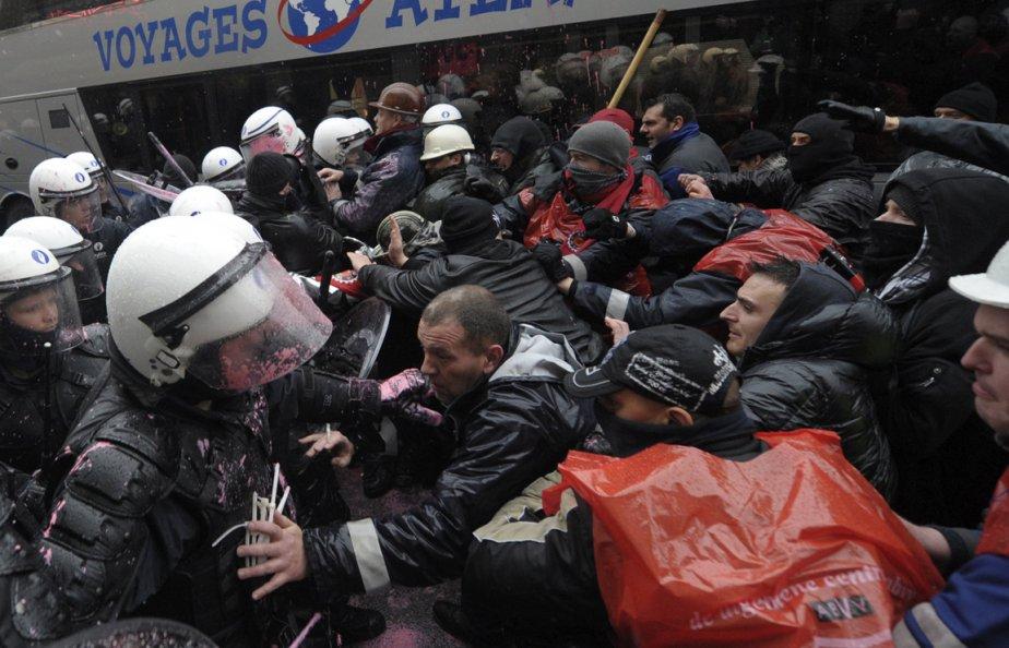 Affrontements entre employés d'Arcelor Mittal et forces de l'ordre à Liège, en Belgique. | 29 janvier 2013