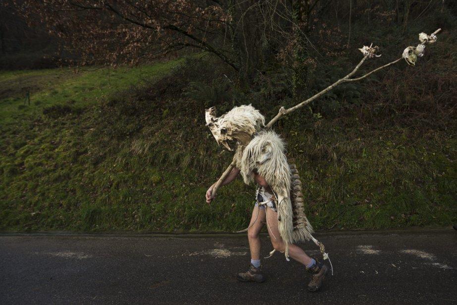 Un homme déguisé en Momotxorro, un personnage fait d'os et de peau de chèvre, à un festival au village basque de Zubieta. | 29 janvier 2013