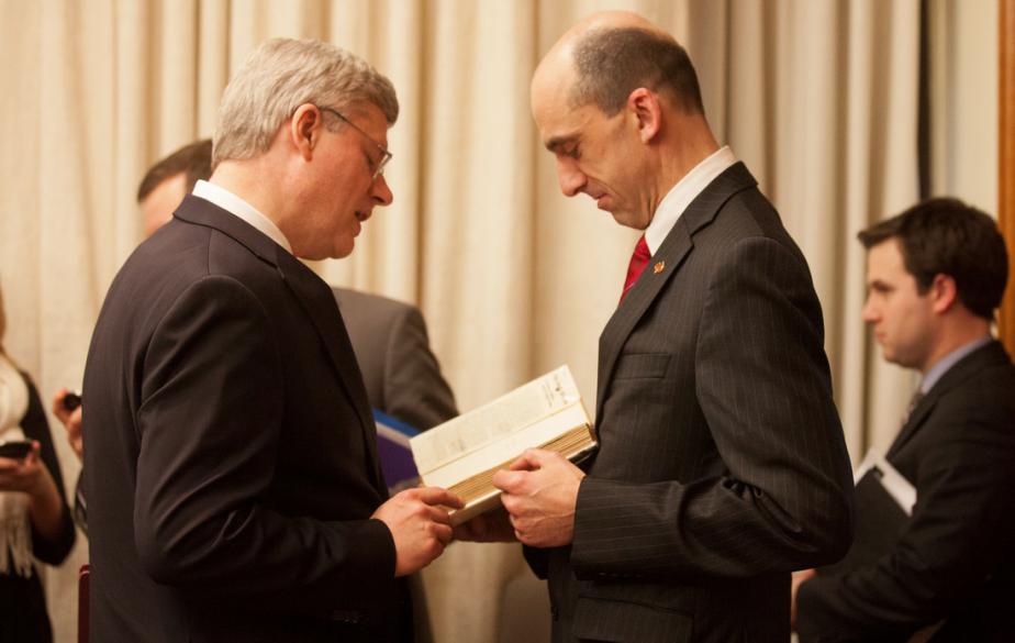 Steven Blaney lui remet un livre en lien avec les vétérans qu'il rencontrera plus tard. | 29 janvier 2013