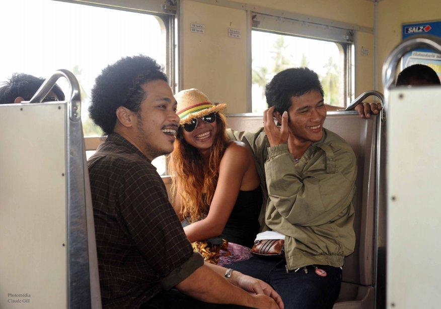 Quelques jeunes dans le train reliant Bangkok à Hua Hin. Ils étaient une dizaine à avoir beaucoup de plaisir. Ce sont des musiciens. Celui de gauche ressemble même à feu Jimmy Hendrix. (Photo: Claude Gill)