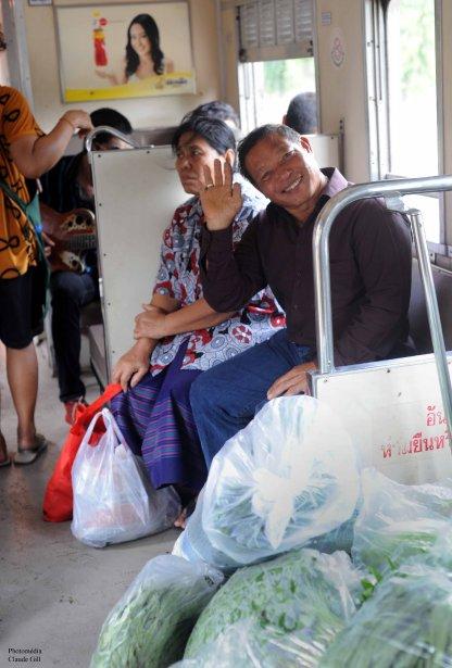 Somjit, un passager dans le train reliant Bangkok à Hua Hin. Beaucoup de jasette et beaucoup de doigts! Sa main gauche est pourvue de six doigts. Plus précisément, il a deux pouces. Un pouce normal et comme une excroissance, un mini pouce sur le flanc extérieur de son pouce normal. Un sympathique gaillard. (Photo: Claude Gill)