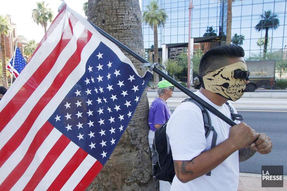 Un militant, tenant un drapeau américain à l'envers,... (PHOTO DARRYL WEBB, ARCHIVES REUTERS)