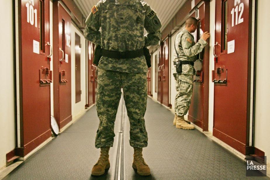 Des policiers militaires de l'armée américaine inspectent les... (PHOTO BRENNAN LINSLEY, ARCHIVES AP)