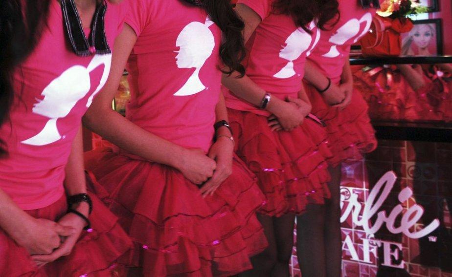 Des serveuses attendent patiemment pendant la cérémonie d'ouverture du restaurant Barbie à Taipei. | 30 janvier 2013