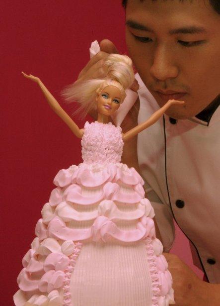 Un chef peaufine un gâteau en forme de Barbie. | 30 janvier 2013