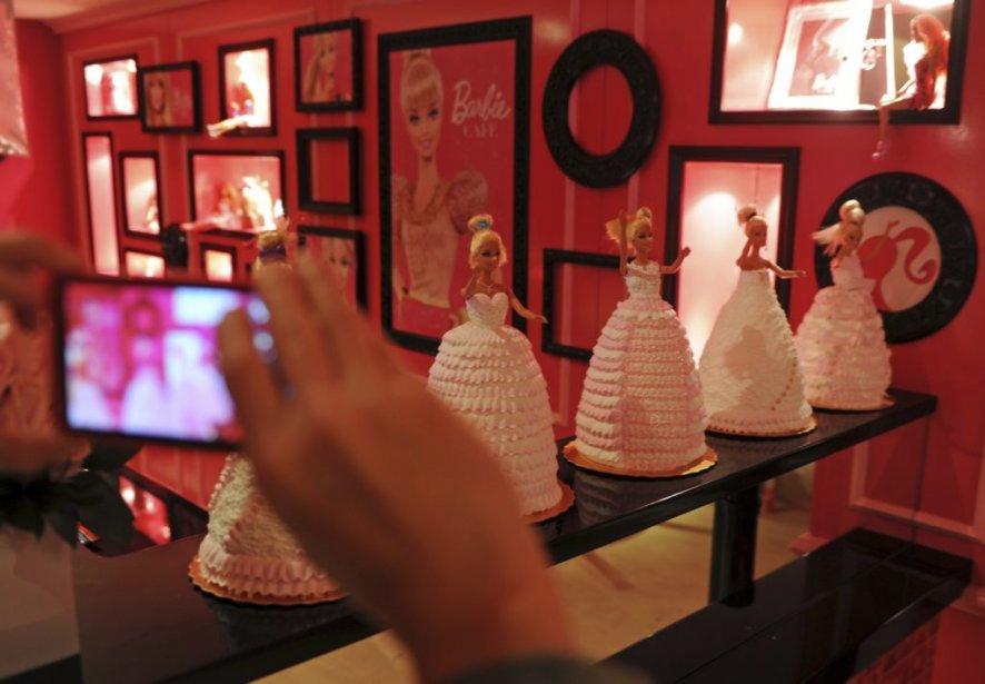 Un amateur de Barbie prend des photos lors de l'ouverture du restaurant. | 30 janvier 2013