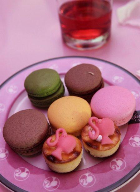 Des macarons colorés servis au Cafe Barbie. | 30 janvier 2013