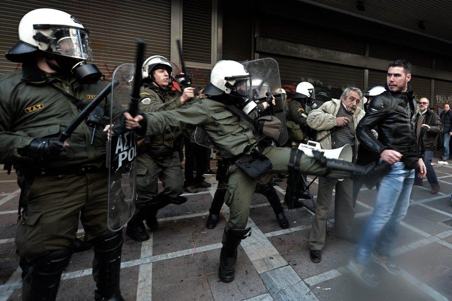 La police a arrêté une trentaine de manifestants qui occupaient les bureaux du ministère du Travail, à Athènes, pour protester contre la réforme des régimes de retraite, le 30 janvier. La police a ensuite usé de gaz lacrymogènes pour disperser la foule qui réclamait leur libération à l'extérieur de l'immeuble. | 30 janvier 2013