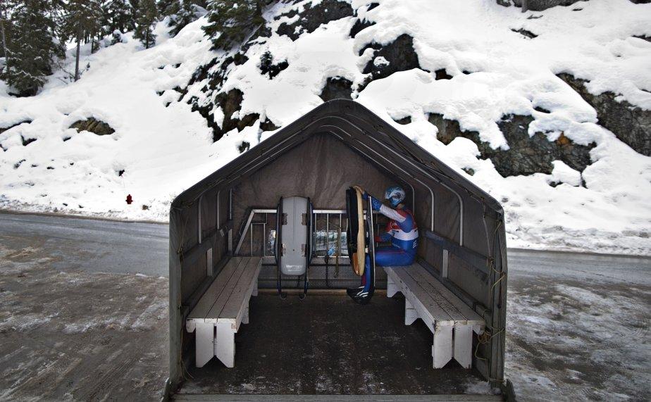 Un lugeur attend à l'arrière d'un camion qu'on l'emmène à la ligne de départ de la piste où il s'entraîne en vue du championnat international de luge, qui a lieu les 1er et 2 février à Whistler, en Colombie-Britannique. | 30 janvier 2013