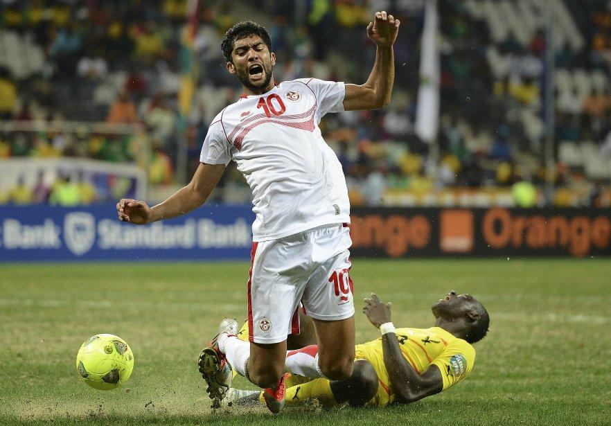 Le Tunisien Oussama Darragi dispute le ballon au Togolais Vincent Bossou à la Coupe africaine des Nations 2013, au stade Mbombela, à Nelspruit, en Afrique du Sud. | 30 janvier 2013