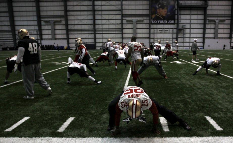 Le demi de coin Tarell Brown s'entraîne avec ses coéquipiers,  les 49ers de San Francisco. Ils s'opposeront aux Ravens de Baltimore au Super Bowl, qui aura lieu dimanche à La Nouvelle-Orléans. | 30 janvier 2013