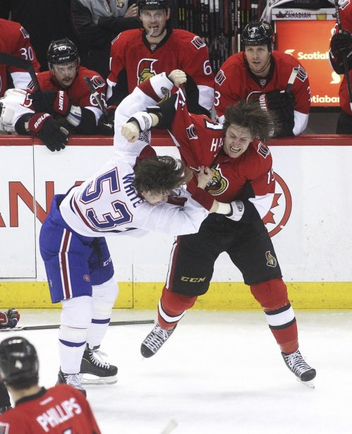 Ryan White et Zack Smith se sont battus au tout début du match. (Photo Patrick Woodbury, Le Droit)
