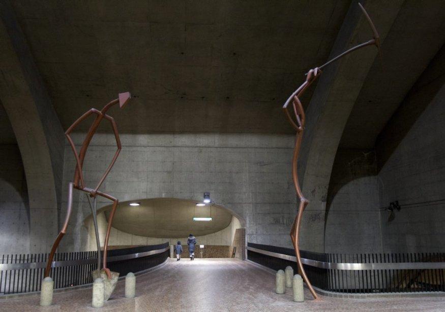 Station Monk: les deux personnages géants imaginés par le sculpteur Germain Bergeron, fabriqués à de morceaux de métal récupérés, manient la pelle et la pioche pour rappeler le dur labeur des ouvriers qui ont construit le métro. | 31 janvier 2013