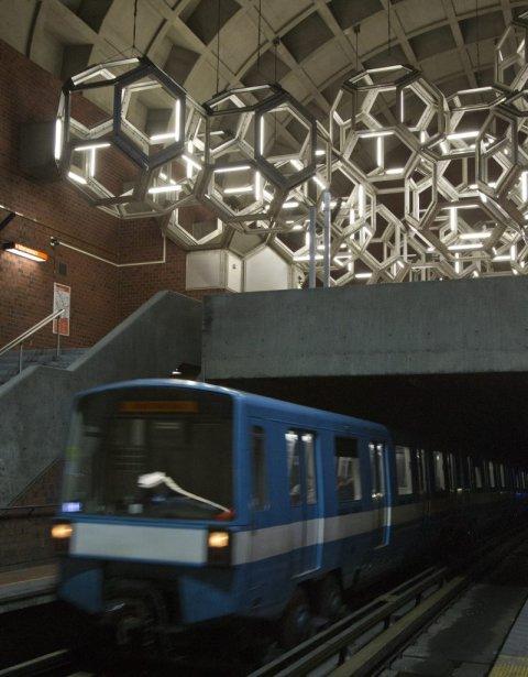 Station Namur: sculpture spatiale de l'artiste Pierre Granche, composée de métal et de néons. | 31 janvier 2013