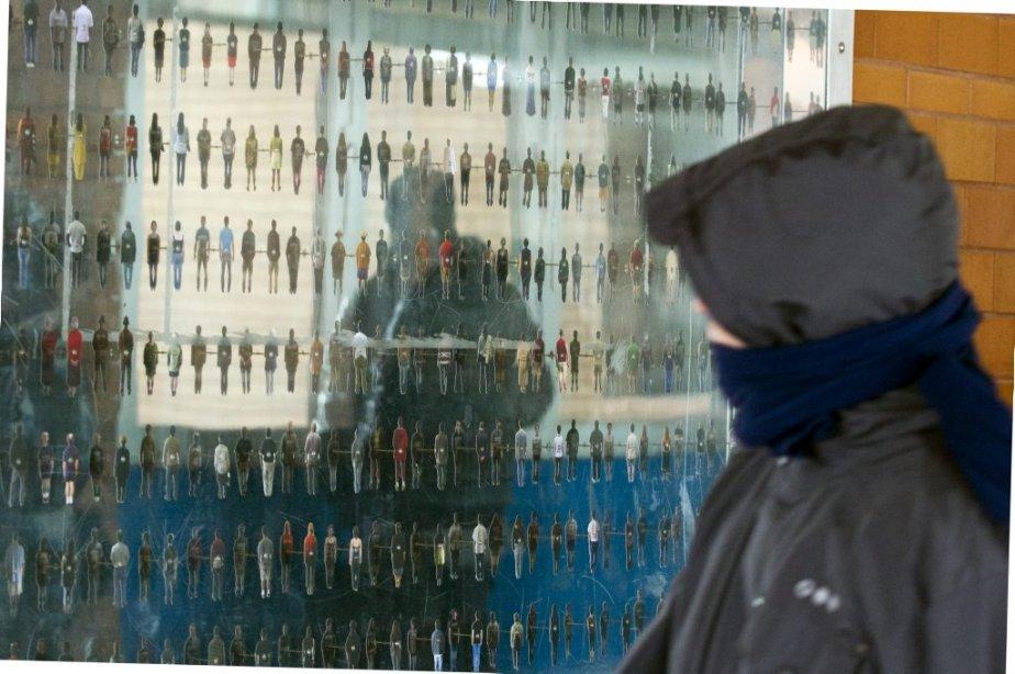 Station Cote-Vertu: œuvre d'Éric Lamontagne, datant de 2005, présente l'Homo urbanus : 185 petites photos de personnages découpés se reflètent dans un miroir. | 31 janvier 2013