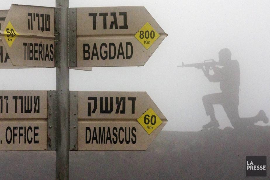 Une signalisation routière, donnant la direction et la... (PHOTO JACK GUEZ, AFP)
