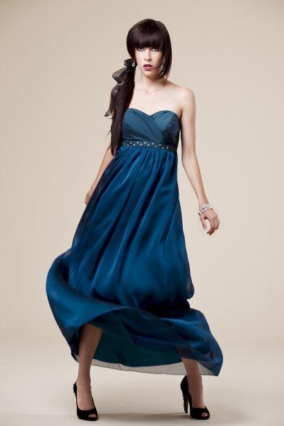 Robe bleue à taille empire et cristaux de Swarovski, 585 $ sur mesure ...