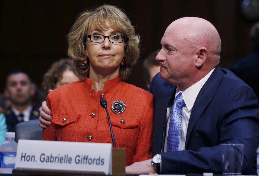 Gabrielle Giffords, ancienne membre du Congrès américain et rescapée de la fusillade de Tucson en 2011, accompagnée de son mari, l'astronaute Mark Kelly, lors de son allocution pendant les audiences sénatoriales sur les armes à feu, à Washington. | 31 janvier 2013