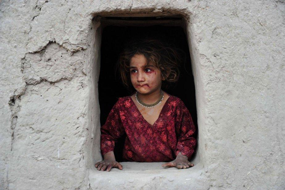 Une fillette afghane regarde par la fenêtre à Jalalabad. | 31 janvier 2013