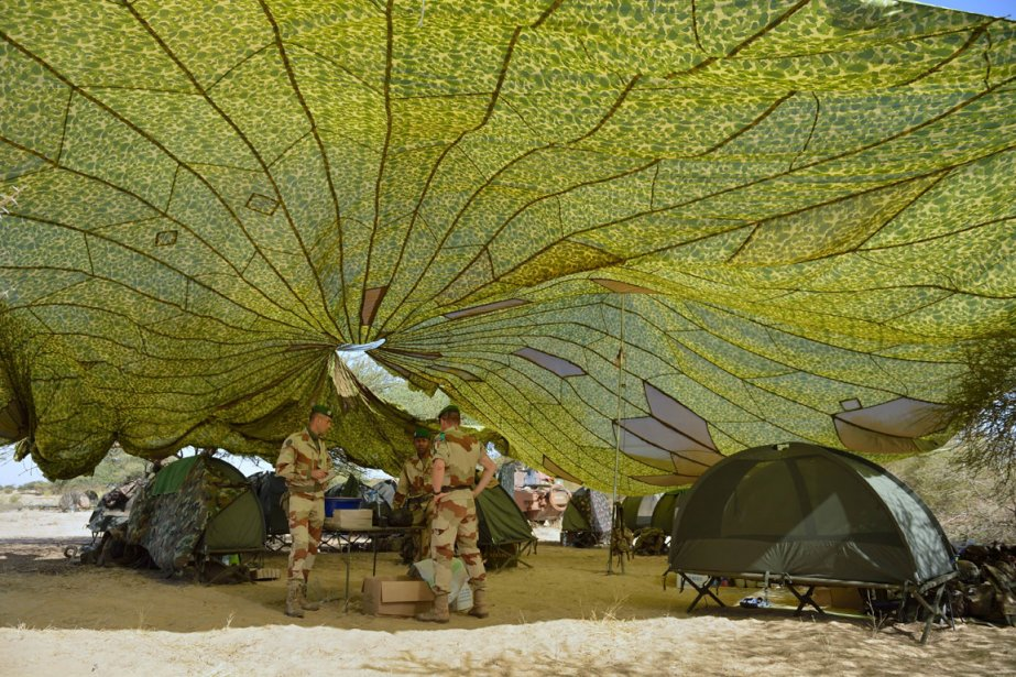 Des membres de la légion étrangère au travail sous le couvert d'un parachute. | 31 janvier 2013