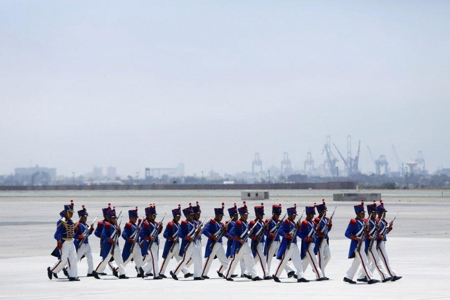 Des soldats de la Garde d'honneur de l'armée du Pérou se préparent à l'arrivée du président de la Roumanie, Traian Băsescu, sur le tarmac de l'aéroport de Lima. | 31 janvier 2013