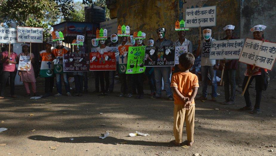 Un garçon observe les cérémonies marquant le 65e anniversaire de la mort de Mahatma Gandhi à Bombay, en Inde. | 31 janvier 2013