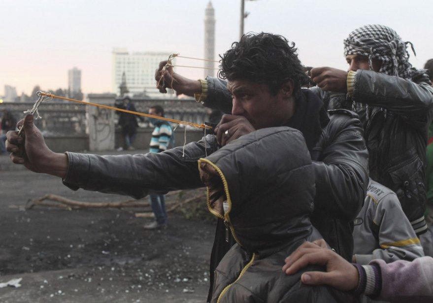 Des manifestants utilisent des frondes lors d'affrontements avec des policiers, au Caire, en Égypte. | 31 janvier 2013