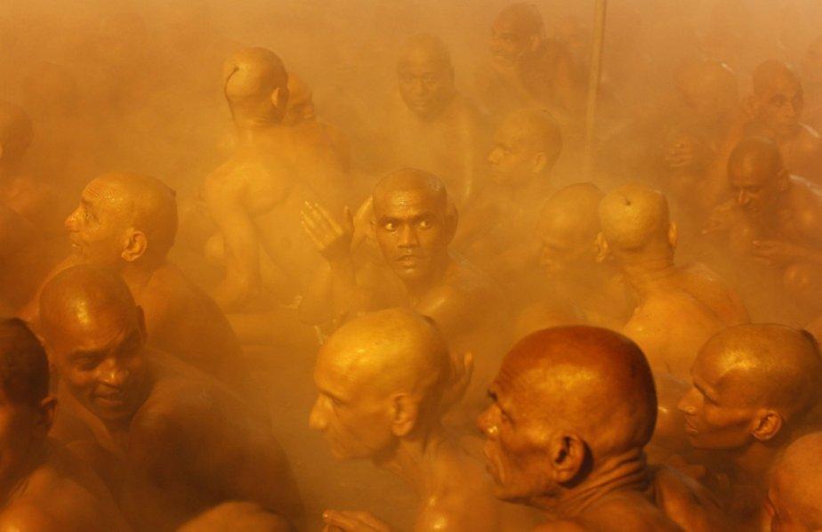 Des membres de la secte hindoue Juna Akhara dans les eaux du Gange, à Allāhābād, en Inde. | 31 janvier 2013
