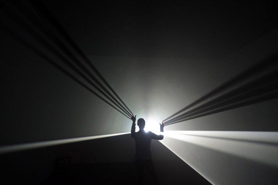Un employé de la galerie Hayward, à Londres, pose à l'intérieur d'une installation de l'artiste Anthony McCalll. | 31 janvier 2013