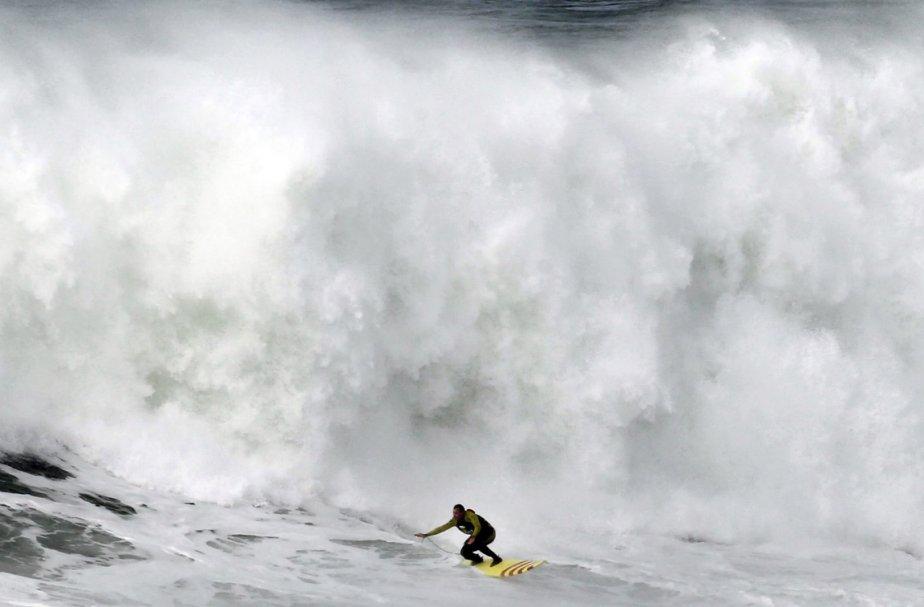 Le surfeur américainGarrett McNamara en pleine action à Nazaré, au Portugal. | 31 janvier 2013