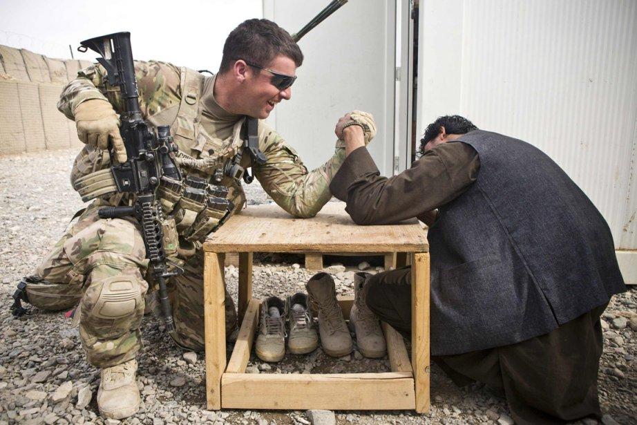 Parti de bras de fer entre un soldat américain et un villageois afghan à Azimjan Kariz, en Afghanistan. | 31 janvier 2013