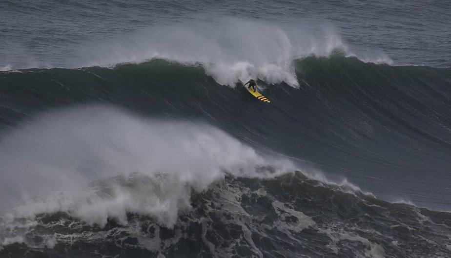 Le surfer Garrett McNamara sur une vague à Praia do Norte, à Nazare, au Portugal. McNamara pourrait avoir battu un record du monde. | 31 janvier 2013