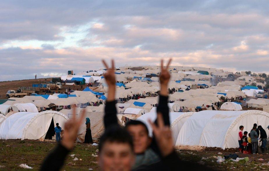 Des réfugiés syriens montrent le signe de la victoire dans un camp de réfugiés du village d'Atme, en Syrie. | 31 janvier 2013