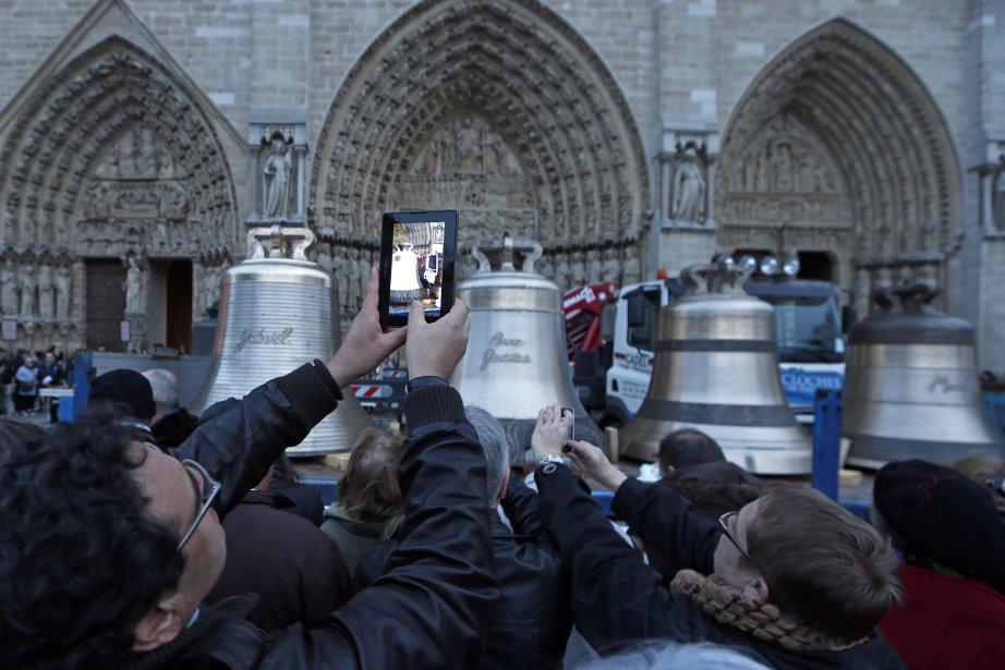 Plusieurs personnes photographient les nouvelles cloches de l'Église Notre-Dame de Paris: Gabriel, Anne-Genevieve, Denis et Marcel. | 31 janvier 2013