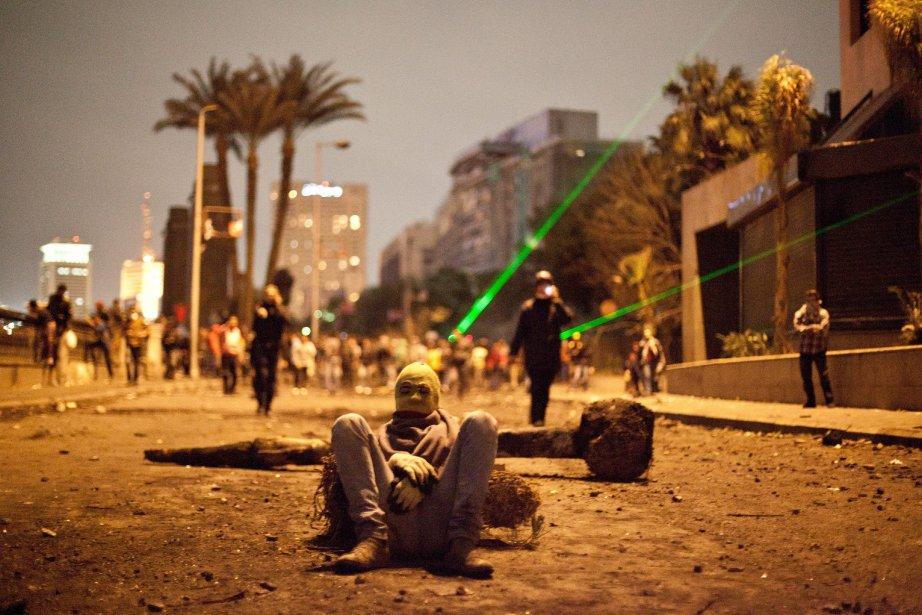 Des manifestants égyptiens utilisent des pointeurs laser lors d'affrontements avec les forces de la sécurité égyptienne au Caire, en Égypte. | 31 janvier 2013