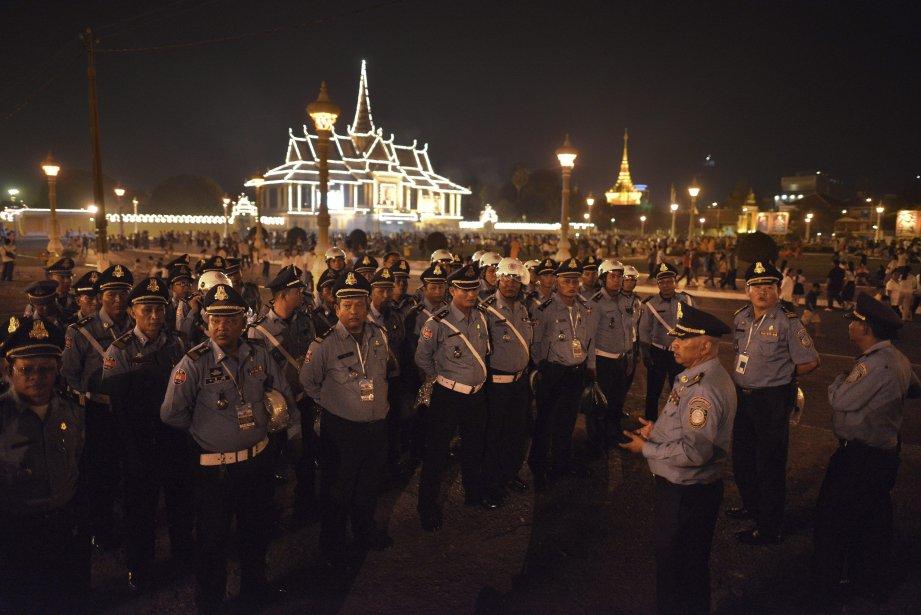 Le Cambodge a lancé vendredi les fastueuses funérailles de son ancien roi Norodom Sihanouk, figure mythique du XXe siècle décédée en octobre dernier, dont la dépouille a quitté le palais royal pour un dernier adieu à Phnom Penh, avant d'être incinérée lundi. | 1 février 2013