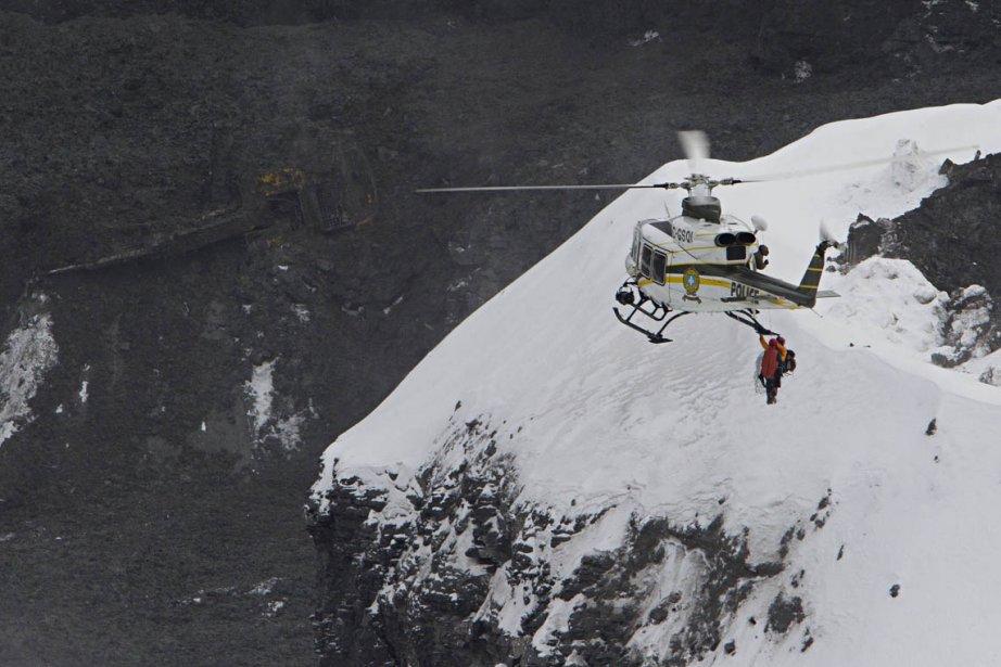 Un glissement de terrain dans une carrière de L'Épiphanie a emporté deux camions et une excavatrice. Deux chauffeurs de camion manquent toujours à l'appel. | 1 février 2013