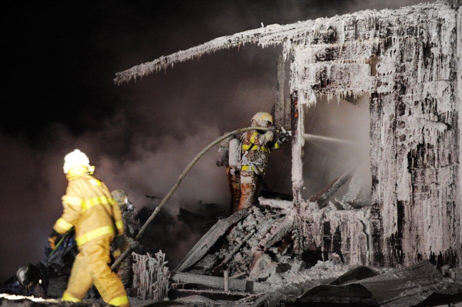 Les forts vents et le froid ont compliqué le travail des pompiers. | 1 février 2013