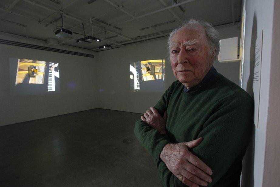 Michael Snow devant une des vidéos de l'installation... (Photo: Martin Chamberland, La Presse)