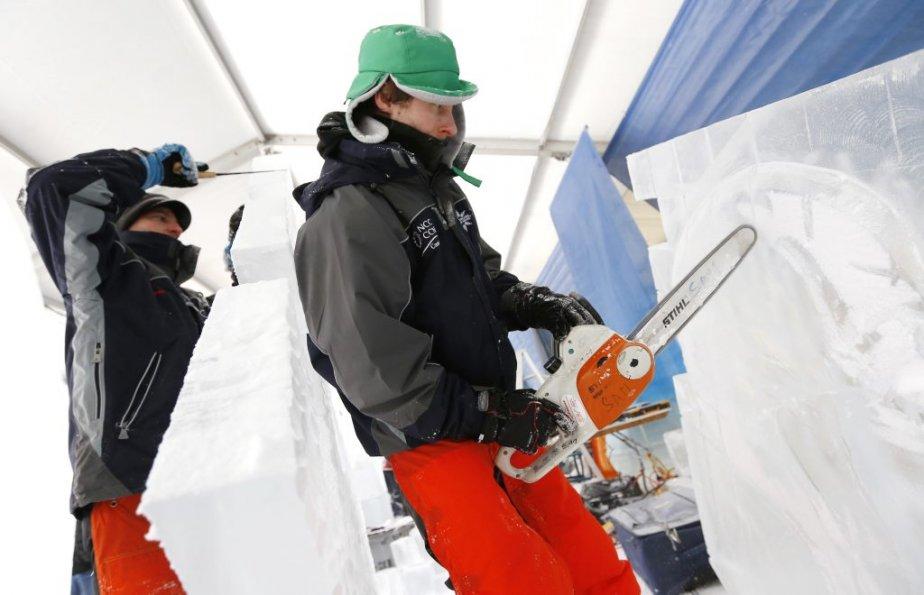 Les sculpteurs sur glace Samuel Girault et Michal Mizula. (Simon Séguin-Bertrand, LeDroit)