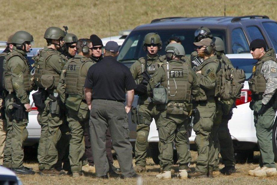 Les forces policières, incluant des agents du FBI,... (PHOTO PHILIP SEARS, REUTERS)