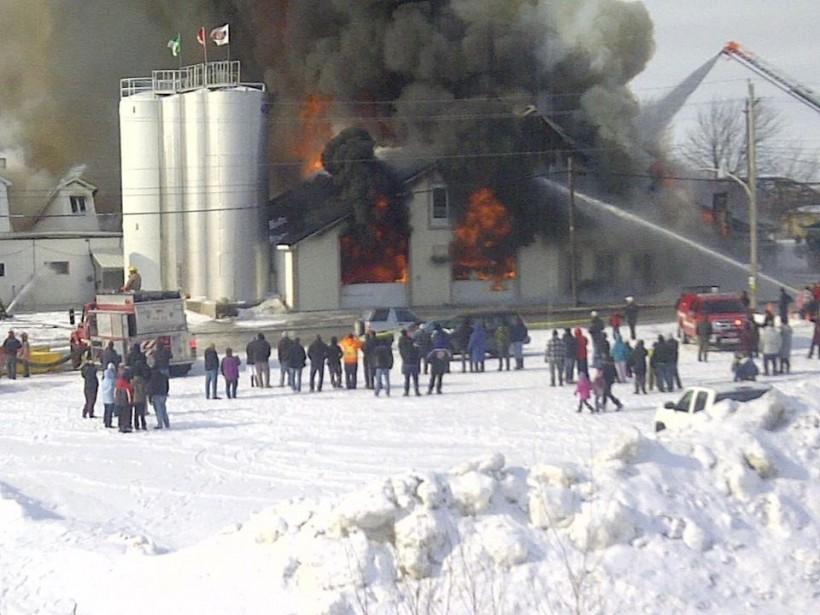 Un violent incendie a complètement ravagé la fromagerie St-Albert, dans... | 2013-02-03 00:00:00.000