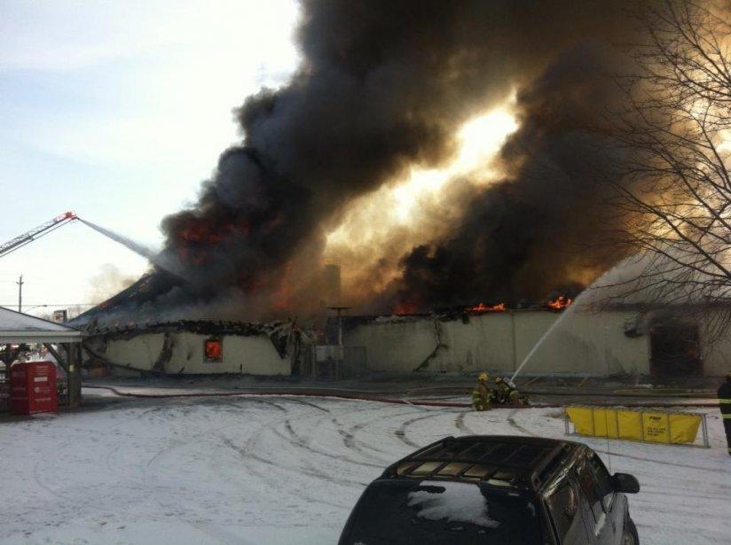 Un violent incendie a complètement ravagé la fromagerie St-Albert, dans l'Est ontarien, dimanche matin. Personne n'a été blessé, mais les dommages sont évalués à plusieurs millions de dollars. | 3 février 2013