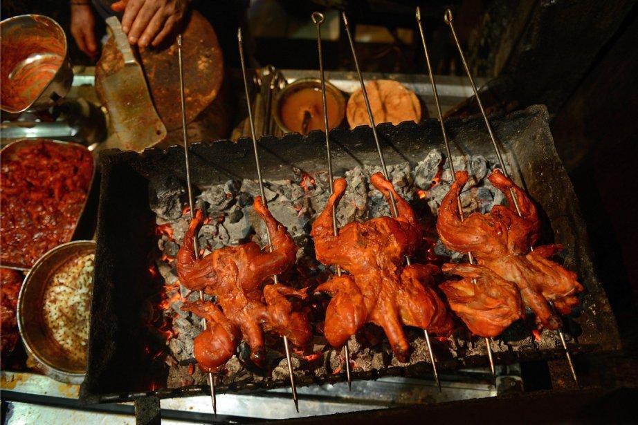 Poulet cuit sur la broche dans un restaurant... (PHOTO PUNIT PARANJPE, AFP)