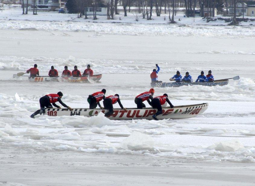 Les équipages des canots à glace ont affronté un fleuve avec beaucoup de glace lors de l'événement Trois-Rivières Extrême. | 4 février 2013