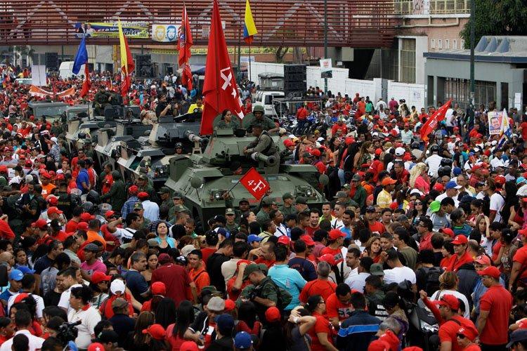 Plusieurs milliers de partisans du président vénézuélien Hugo... (Photo: AP)